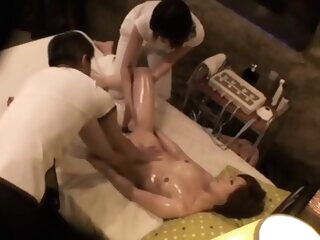 In women who came to receive oil massage, hame te spear is free Thai in a trap. asian asian